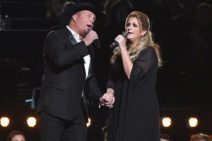 garth-brooks-trisha-yearwood-cmas-2016